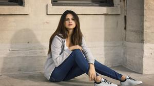 Selena Gomez Sporting Long Hair Free Download Wallpaper HQ